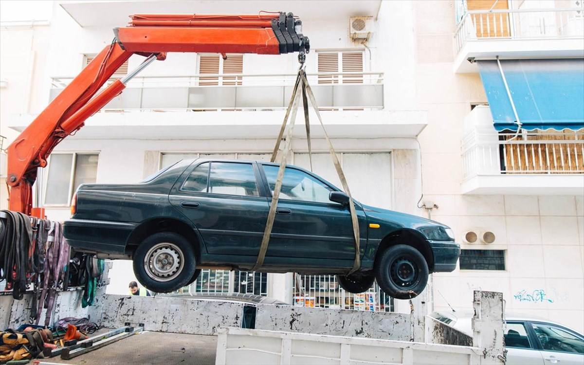 Δήμος Πειραιά: Συνεχίζεται η επιχείρηση απομάκρυνσης των εγκαταλελειμμένων οχημάτων