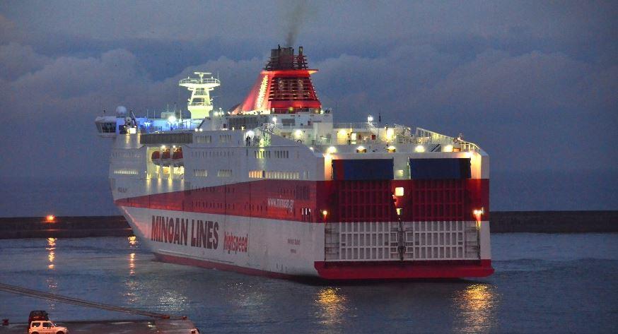 """Λιμάνι Πειραιά: Το """"Κνωσός Παλάς"""" αποχαιρετά τις ελληνικές θάλασσες ! (βίντεο)"""
