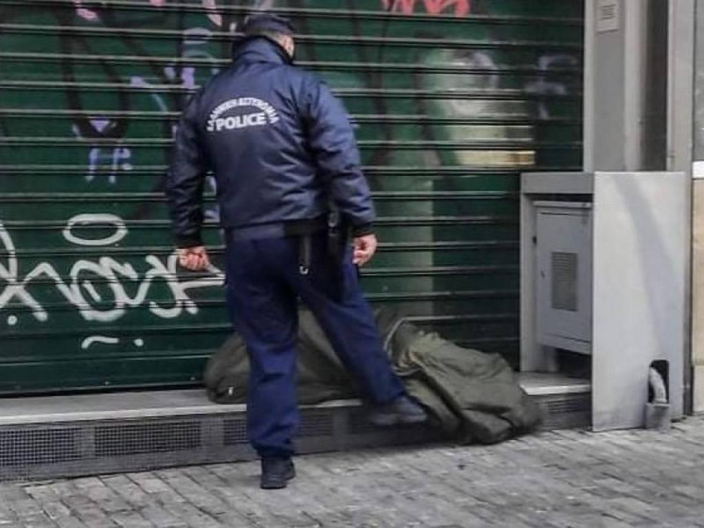 Απανθρωπιά: Αστυνομικός σπρώχνει με το πόδι του άστεγο στην Ερμού