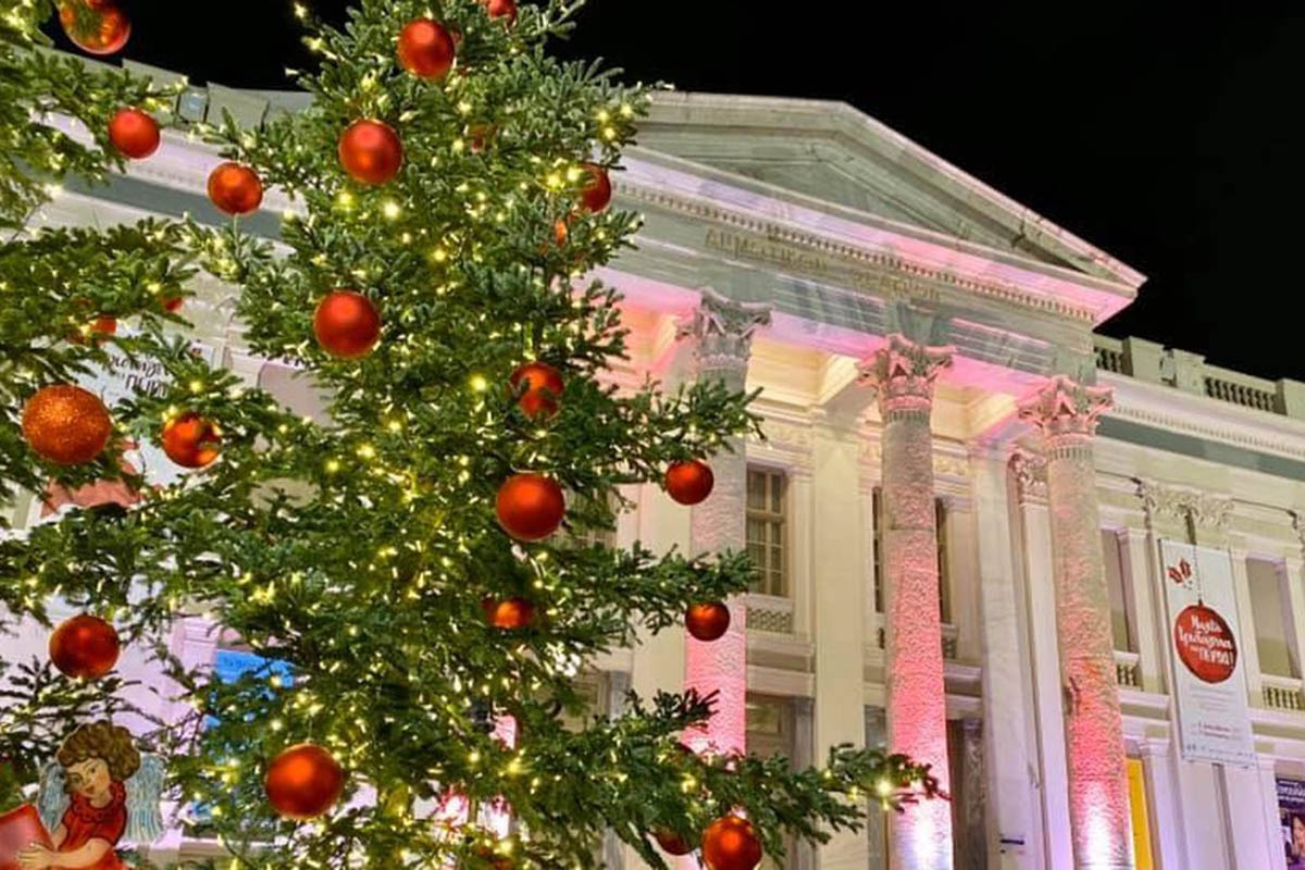 Χριστουγεννιάτικα δένδρα σε Τζάνειο και Μεταξά από τον δήμο Πειραιά