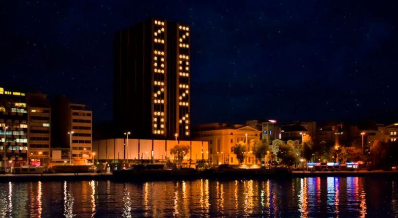 Δήμος Πειραιά: Η Εντυπωσιακή Χριστουγεννιάτικη φωταγώγηση του Πύργου Πειραιά-video