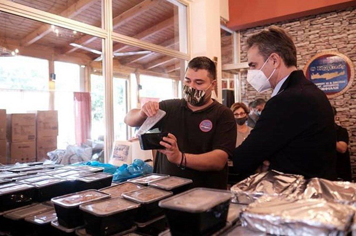 """Κερατσίνι: Στον """"Κρητικό"""" ο Κυριάκος Μητσοτάκης, μοίρασε γεύματα και παιχνίδια-photos"""