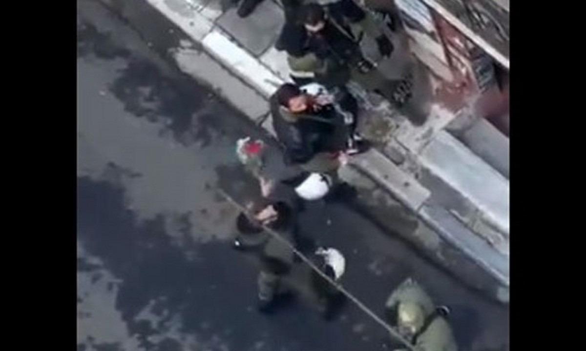 Βίντεο: Αστυνομικός καταστρέφει με μανία λουλούδια για τον Γρηγορόπουλο-ΕΔΕ για το περιστατικό