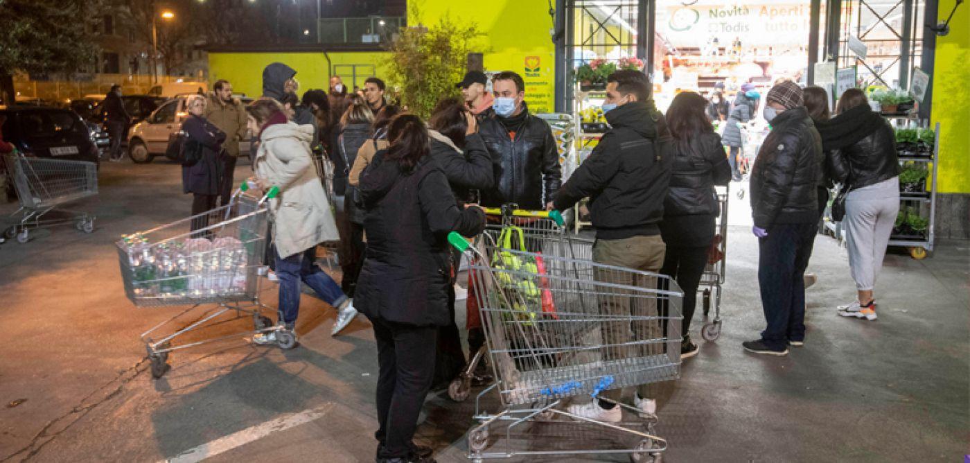 """Τα νέα μέτρα φέρνουν """"ουρές"""" και ταλαιπωρία στα σούπερ μάρκετ"""