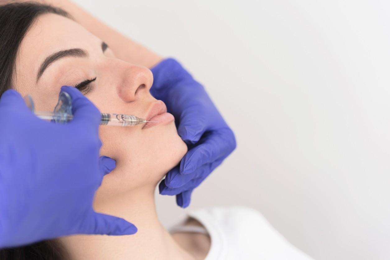 Covid-19: Το εμβόλιο της Moderna και οι παρενέργειες σε άτομα που έχουν fillers στο πρόσωπο