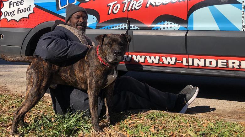 Ατλάντα - ΗΠΑ: Άστεγος έσωσε όλα τα ζώα καταφυγίου που είχε πάρει φωτιά-photo