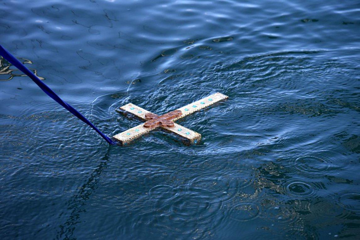 Πειραιάς: Όσο ζούμε ο Σταυρός θα αγιάζει πάντα τα ύδατα μας...