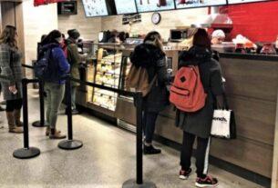 """Καφέ take away: Βαριά πρόστιμα για τα """"πηγαδάκια"""" έξω από τα μαγαζιά"""