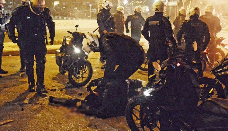 Νέα Σμύρνη: Η στιγμή με τον τραυματισμό του αστυνομικού -video