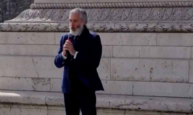 Συγκλονιστική ερμηνεία του Εθνικού μας Ύμνου στην Αψίδα του Θριάμβου στο Παρίσι! (video)