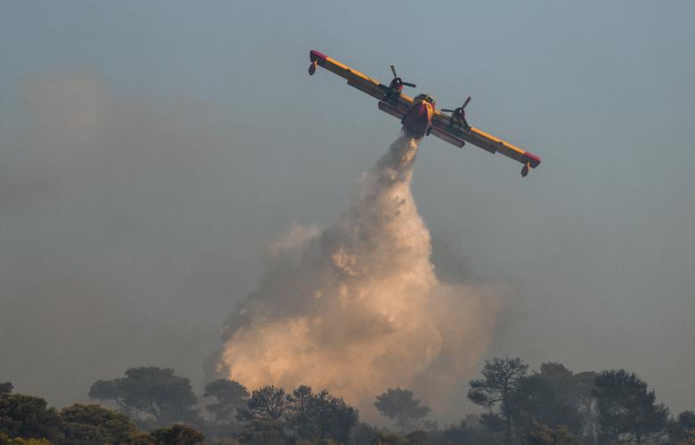 Σάμος: «Μάχη» με τις φλόγες δίνουν στο Καρλόβασι