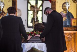 Κηδεία Γιώργου Καραϊβάζ: Συγκλόνισε ο γιος του στον επικήδειο που εκφώνησε