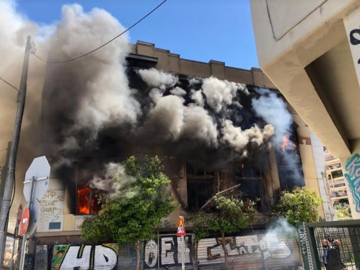 Πειραιάς: Φωτιά σε κτήριο επί της Ομηρίδου Σκυλίτση- Να κατεδαφιστεί ζητά ο δήμαρχος