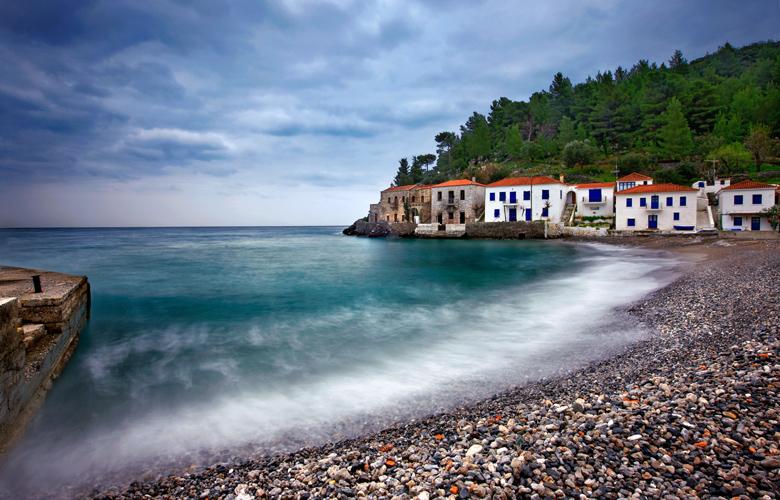 Κυπαρίσσι Λακωνίας: Το χωριό του Μοριά που σε κάνει να νομίζεις ότι είσαι σε νησί
