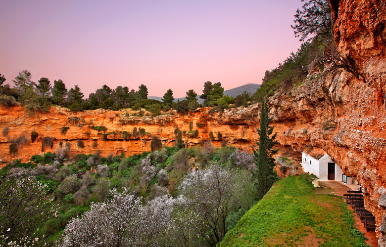 Αργολίδα: Η μικρή σπηλιά των Διδύμων και το εκκλησάκι που προκαλεί δέος