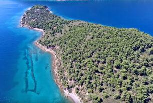 Εγγλεζονήσι: Ένα καταπράσινο νησί πνιγμένο από δέντρα και ψιλή άμμο στην Εύβοια (video)