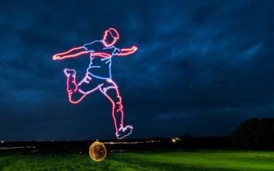 Ζωγράφισε στον ουρανό έναν ποδοσφαιριστή, χρησιμοποιώντας drones