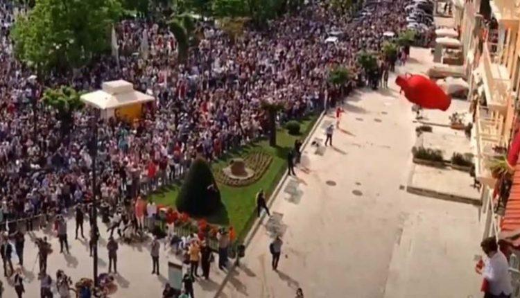 """""""Χαμός"""" στην Κέρκυρα – Χιλιάδες «μπότηδες» έπεσαν απ' τα ψηλά μπαλκόνια (βίντεο)"""