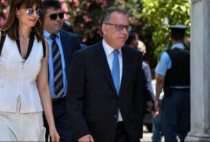 Επιτελικό Κράτος! Απέλυσαν δικηγόρο των 800 ευρώ με μπλοκάκι για να προσλάβουν τη σύζυγο Κουμουτσάκου στη Βουλή!