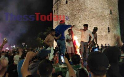 ΚΟΜΠΛΕΞΙΚΟΙ! Οπαδοί του ΠΑΟΚ έκαψαν τη σημαία του Ολυμπιακού στον Λευκό Πύργο-photo