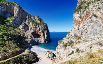 Βύθουρη: Η παραλία με το σπάνιο φαινόμενο στην Εύβοια