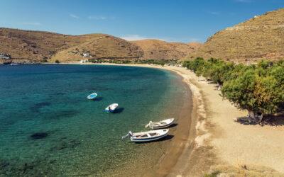 Το νησί δίπλα στην Αθήνα που έχει μία παραλία για καθεμία μέρα του καλοκαιριού