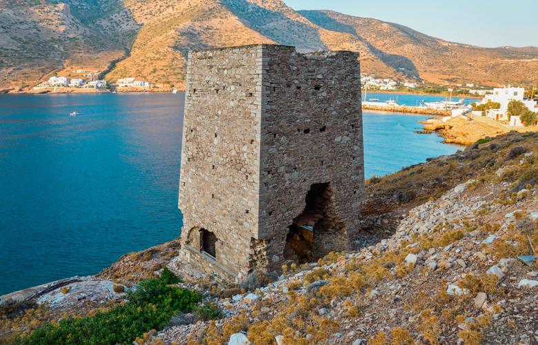 Το ελληνικό νησί με τους 76 πύργους και η επικοινωνία με… καπνό-video