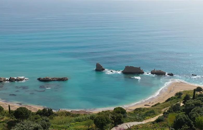 Αρτολίθια: Η μαγική παραλία με τους φυσικούς κυματοθραύστες