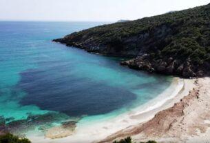 """Η παραλία """"Μάγειρας"""" με τα κρυστάλλινα νερά και την ψιλή άμμο"""