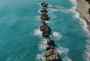 Αρτολίθια: Πού βρίσκεται η παραλία με τους φυσικούς κυματοθραύστες που είναι πάντα «λάδι» (video)