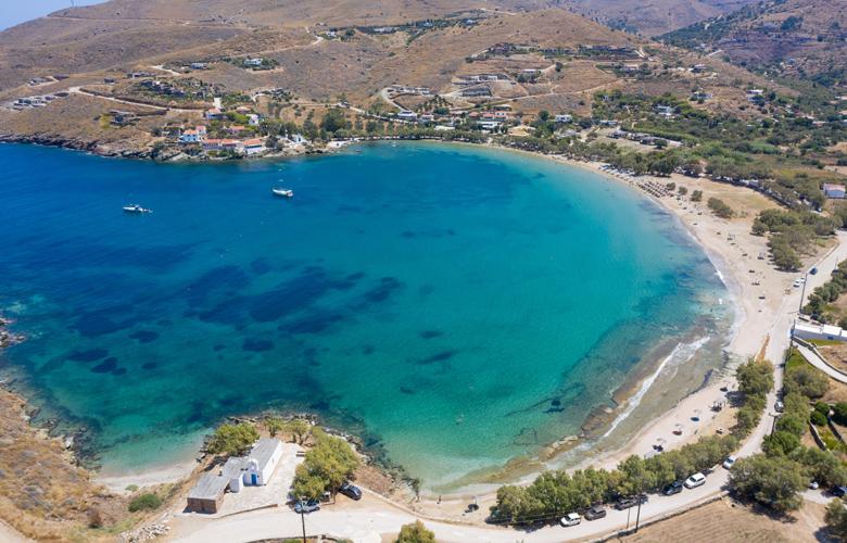 Τζιά: Η φανταστική παραλία του Οτζιά με τα ρηχά νερά και τη χρυσή άμμο (video)