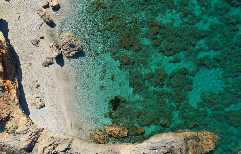 Ζαστάνη: Η έρημη και κρυστάλλινη παραλία έξω από την Αθήνα