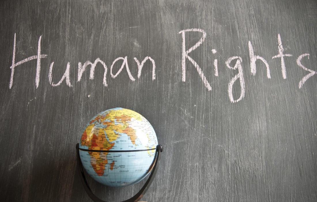 Ναι στα εμβόλια, αλλά τι γίνεται με τα ανθρώπινα δικαιώματα και τις προσωπικές ελευθερίες;