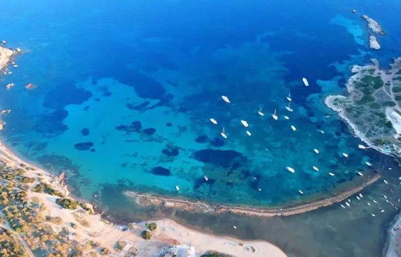 Οι παραλίες σαν διαμάντια μια… ανάσα από την Αθήνα