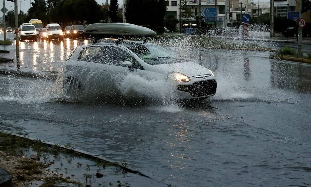 Πειραιάς: Η καταιγίδα έφερε προβλήματα στους δρόμους – Οδηγίες της Πολιτικής Προστασίας