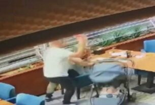 Τρόμος σε καφετέρια: Ξυλοκοπά την πρώην γυναίκα του μπροστά στο μωράκι τους! (βίντεο)