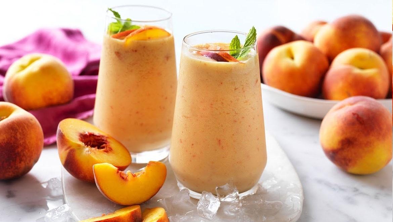 Καλοκαιρινό smoothie με βερίκοκο και ροδάκινο για να δροσίσει από τον καύσωνα