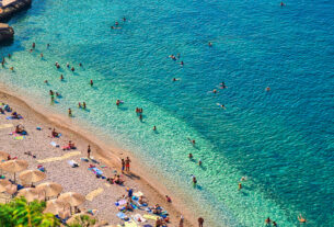 Μια… ανάσα από την Αθήνα 3 εντυπωσιακές παραλίες της Πελοποννήσου