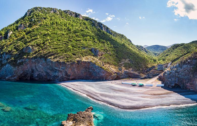 Πετάλη: Μια παραλία κόσμημα στην Εύβοια, που την προσεγγίζει κάποιος οδικώς