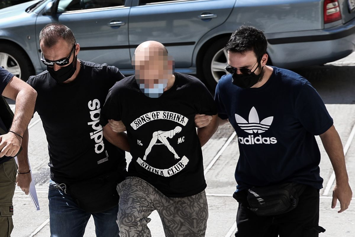 Με μπλουζάκι εταιρείας πορνογραφικών ταινιών ο αστυνομικός-«προαγωγός» που φυλάκισε και εξέδιδε την 19χρονη!