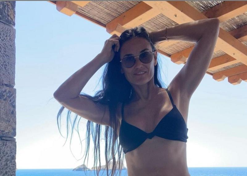 Η Ντέμι Μουρ φωτογραφίζεται με μπικίνι στην Κρήτη και μοιράζει εγκεφαλικά στο instagram