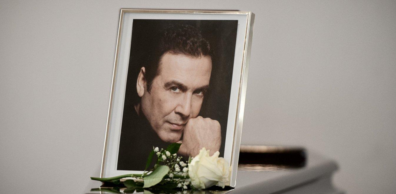 """Κηδεία Βοσκόπουλου: Σε κλίμα συγκίνησης το """"αντίο"""" στον σπουδαίο Πειραιώτη τραγουδιστή (video)"""