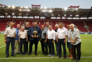Ο σύνδεσμος βετεράνων του Ολυμπιακού βράβευσε τον Βαγγέλη Μαρινάκη