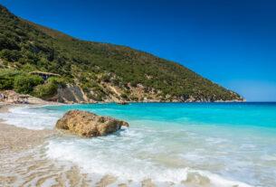 Βούτι: Η άγνωστη ονειρική παραλία με τα γαλάζια νερά