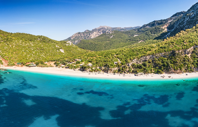 Θαψά: Η εντυπωσιακή παραλία με τα κρυστάλλινα νερά 2,5 ώρες από την Αθήνα