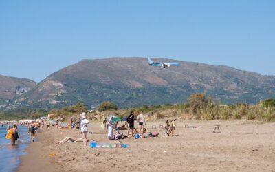 Καλαμάκι: Η παραλία που τα αεροπλάνα πετούν λίγα μέτρα πάνω από το κεφάλι σου