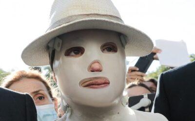 Επίθεση με βιτριόλι: Συγκλονιστική η εμφάνιση της Ιωάννας Παλιοσπύρου στα δικαστήρια (video)