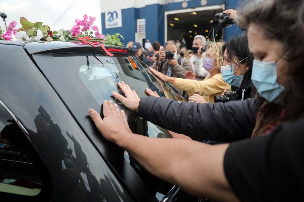 Λιμάνι Πειραιά: Συγκλονιστικός αποχαιρετισμός στον Μίκη Θεοδωράκη (video)