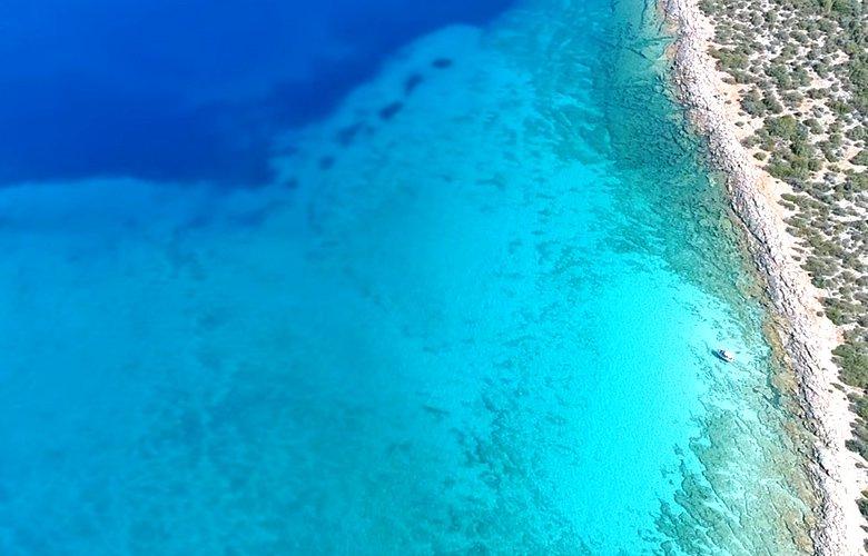 Λεπίτσα: Μια παραλία με νερά που θυμίζουν Καραϊβική