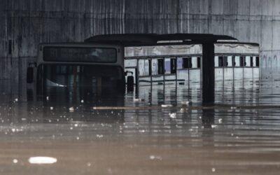 Απίστευτη εικόνα: Βυθίστηκε λεωφορείο στη λεωφόρο Ποσειδώνος!